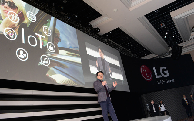LG전자 CTO 안승권 사장이 1,000여명의 국내외 언론이 참석한 가운데 전략제품과 혁신기술을 소개하는 모습 입니다.