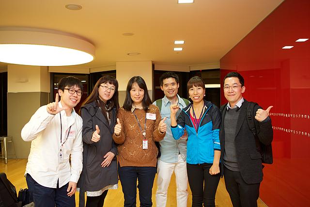 발표 후 이그나이트 LG를 함께 한 사람들과 단체사진을 찍는 이호진 과장