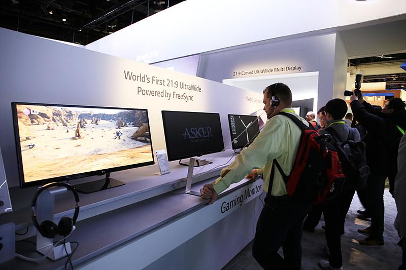 LG 모니터 34UM67 모델이 전시되어 있는 모습. 관람객들이 제품을 살펴보고 있다.