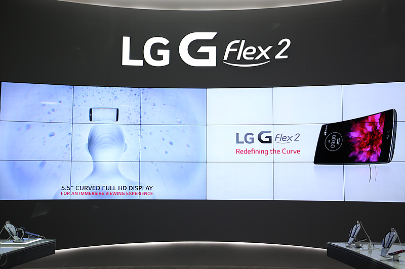 LG G플렉스2 존의 모습. 큰 스크린으로 LG G 플렉스2 이미지가 송출되고 있다.