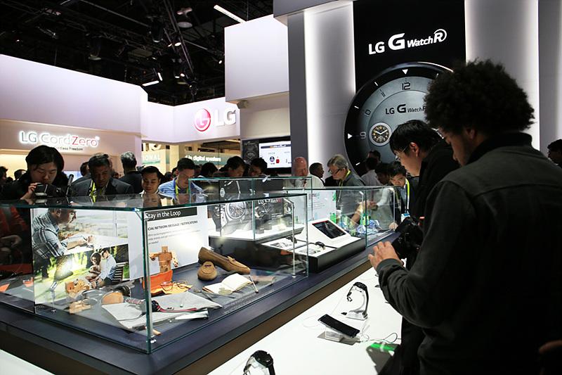 LG G워치R 존에서 많은 사람들이 제품을 보고 있다.