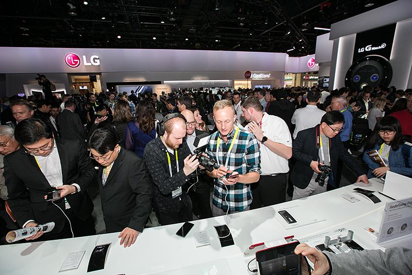 LG G플렉스2 부스에 몰린 사람들. 제품을 관찰하고 있다.