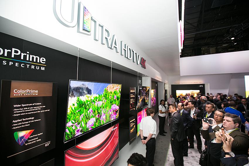 울트라 HD TV 부스에서 관람객들이 제품을 관람하고 있다.