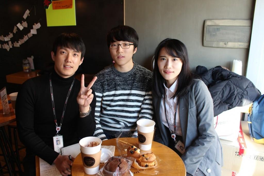 LG MC사업부 직원들과 전민석군이 함께 사진을 촬영하고 있다. 손으로 V자를 그리고 있는 LG전자 직원과 미소를 띄고있는 전민석군