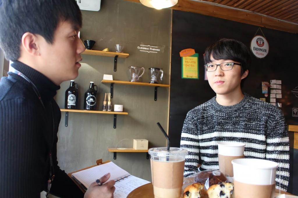 한 카페에서 LG AKA 스마트폰을 종이모형으로 만든 전민석군을 인터뷰하고 있는 LG전자 커뮤니케이터