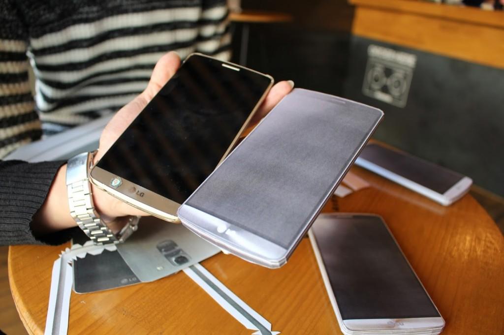 실제 스마트폰과 종이 모형 스마트폰을 나란히 들고 비교하고 있는 모습