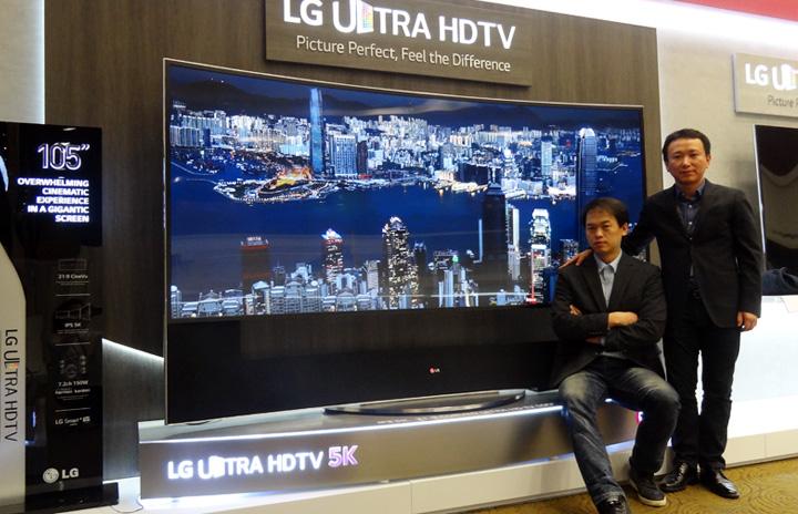 LG 105형 곡면 울트라HD TV 앞의 이철, 윤상원 책임