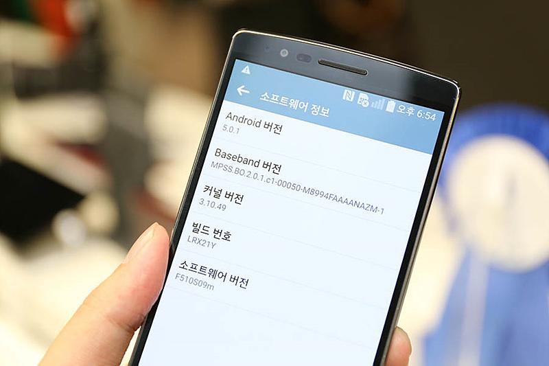 LG G플렉스2 소프트웨어 정보. 안드로이드 버전, 베이스밴드 버전, 커널 버전, 빌드 번호, 소프트웨어 버전을 확인할 수 있다.