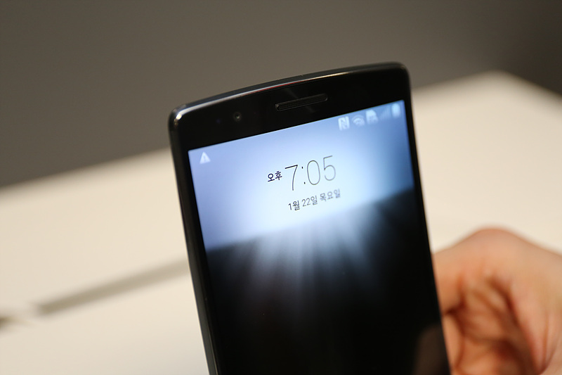 LG G플렉스2의 글랜스 뷰 기능을 시연하고 있다.