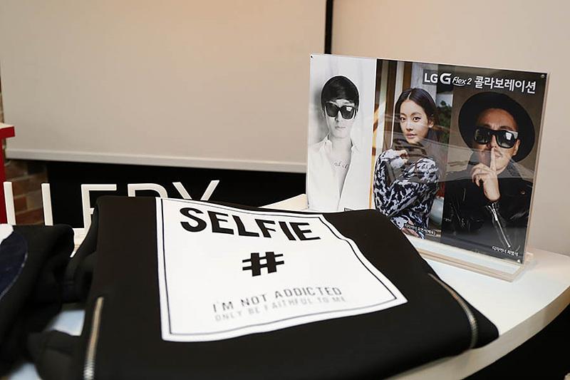 LG G플렉스2와 콜라보레이션 한 티셔츠가 놓여있다.