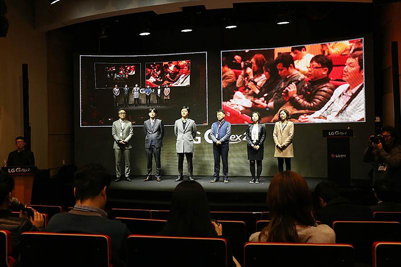 LG G플렉스2 개발자들과의 간담회 현장. 개발자들이 강단에 서 있다.
