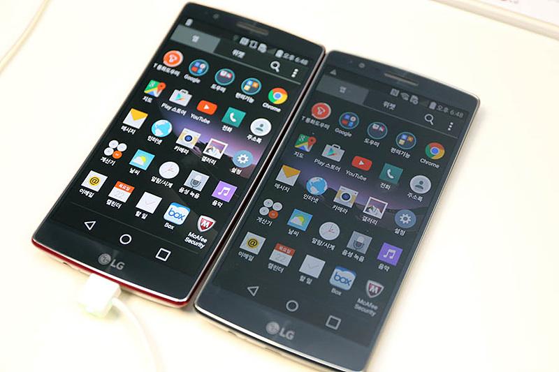 LG G 플렉스2의 최고-최저 밝기를 비교하기 위해 나란히 놓은 2대의 스마트폰.