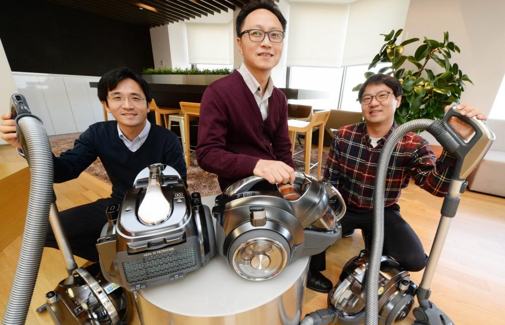 'LG 무선 싸이킹' 개발팀 – (왼쪽부터) 이경훈 수석, 윤석원 부장, 한성훈 수석이 청소기를 들고 포즈를 취하고 있다.