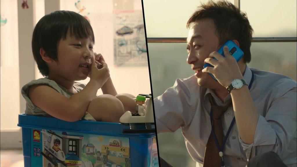 오과장이 블루 'G3'를 사용해 아들과 통화하고 있다.
