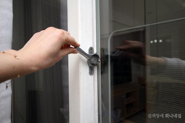 집을 비우기 전 문을 잠그고 있다.