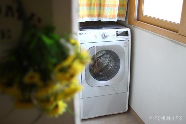 베란다에 놓여있는 세탁기
