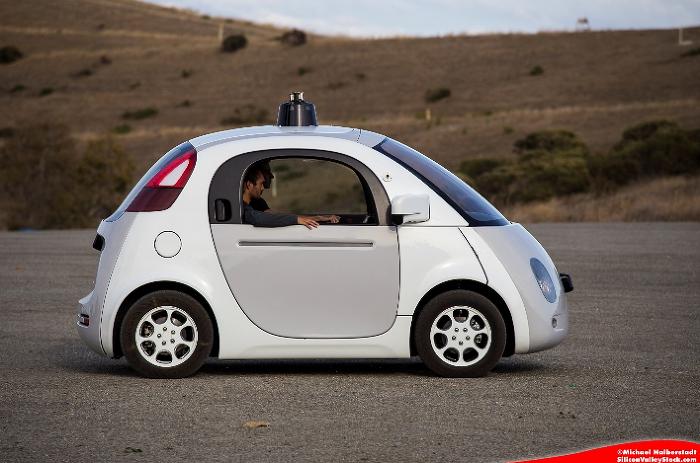 구글 무인자동차를 타고 시험 주행을 하고 있는 모습