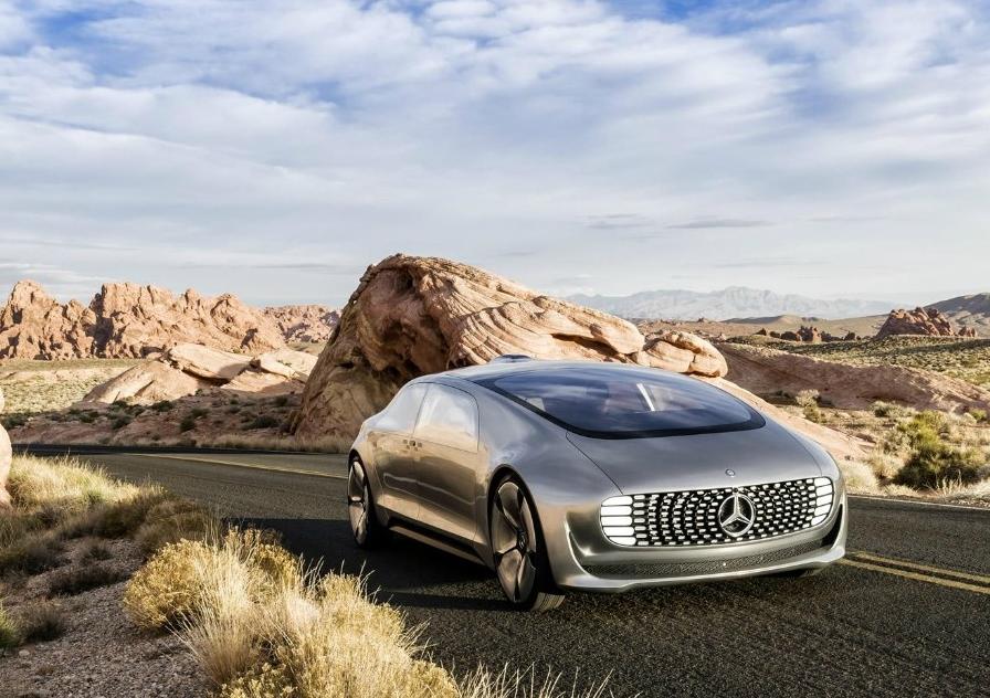 사막을 달리는 벤츠 무인자동차의 모습