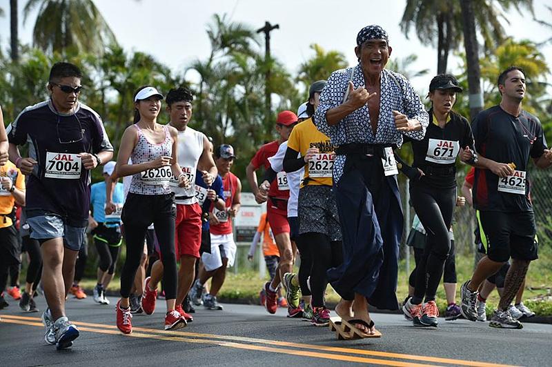 다양한 복장으로 마라톤을 즐기는 사람들. 일본 전통복장을 입은 참가자가 보인다.