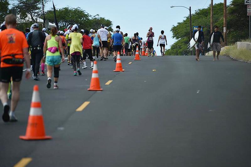 호놀룰루 마라톤 대회 전경, 수많은 사람들이 달리고 있다.