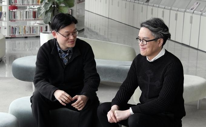 박상민 책임(좌), 유승훈 선임(우)이 함께 앉아 있다.