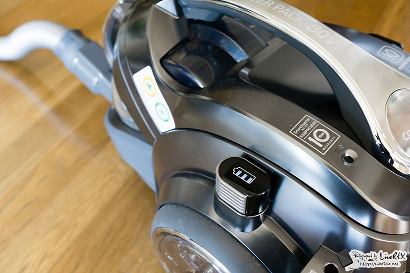 무선 싸이킹의 배터리 충전 모습, 본체 옆에 표시등이 달려 있다.