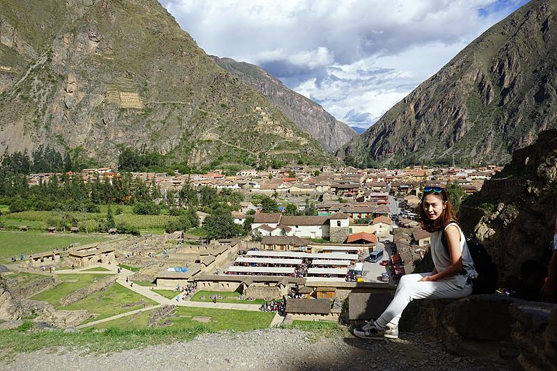 잉카 유적지 오얀따이땀보를 배경으로 사진을 찍는 최고야 주임