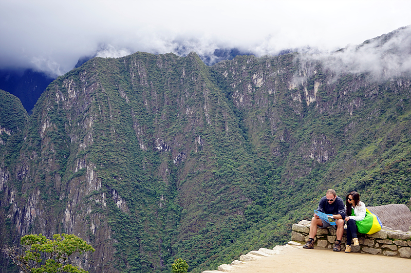 마추픽추로 가는 산길, 한 서양인 부부가 지도를 보고 있다.
