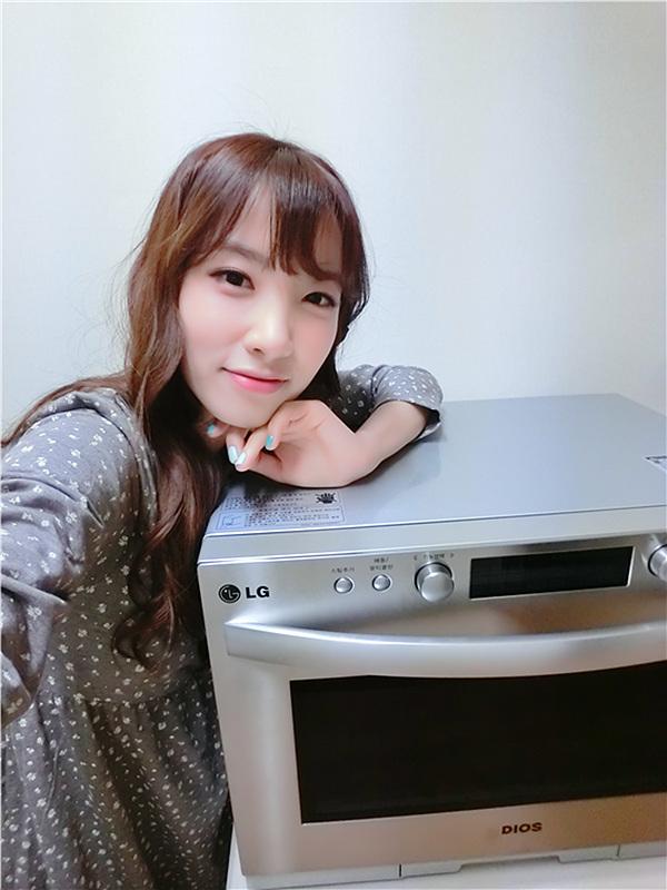지숙이 LG 광파오븐과 함께 사진을 찍은 모습