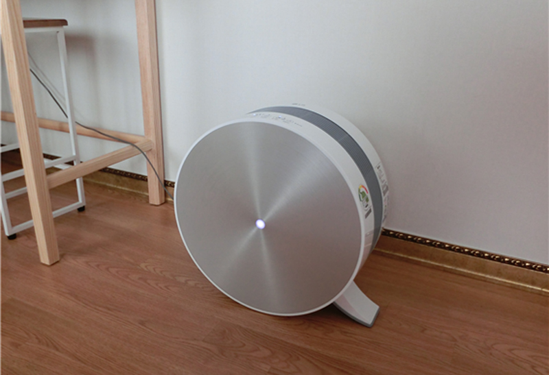 LG 공기청정기가 바닥에 놓여 있다.