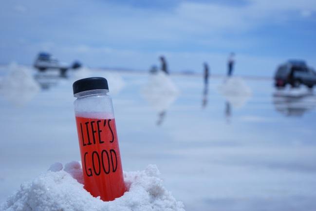 우유니 소금사막을 배경으로 LG의 브랜드 슬로건 'Life's Good'이 적힌 물병을 찍은 사진