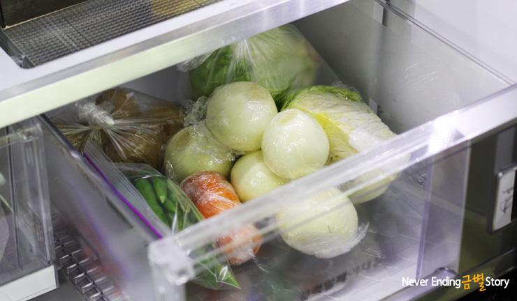냉장고에 야채를 보관하고 있는 모습입니다.