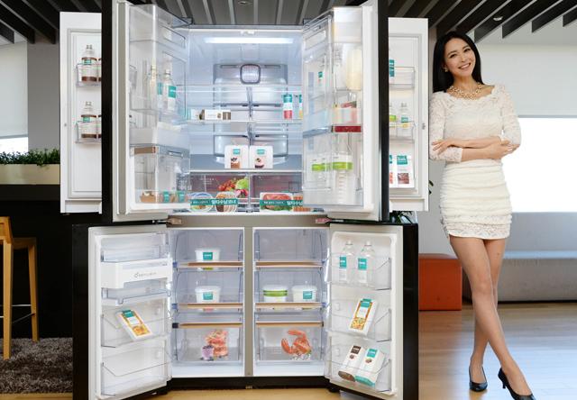 모델이 곡면 글라스를 적용한 950리터 LG 디오스 더블 매직스페이스 냉장고 신제품을 소개하고 있습니다.
