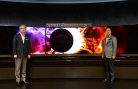 LGTV신제품발표회에서 권봉석부사장과 최상규사장이 20155형 LG TV 신제품(가운데 3대는 77형 울트라 올레드 TV, 양옆은 65형 슈퍼 울트라HD TV)을 소개하고 있습니다.