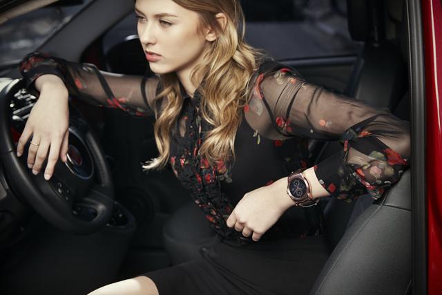 외국인 모델이 'LG 워치 어베인'을 손목에 착용하고 포즈를 취하고 있는 라이프 스타일(Life Style) 이미지 입니다.