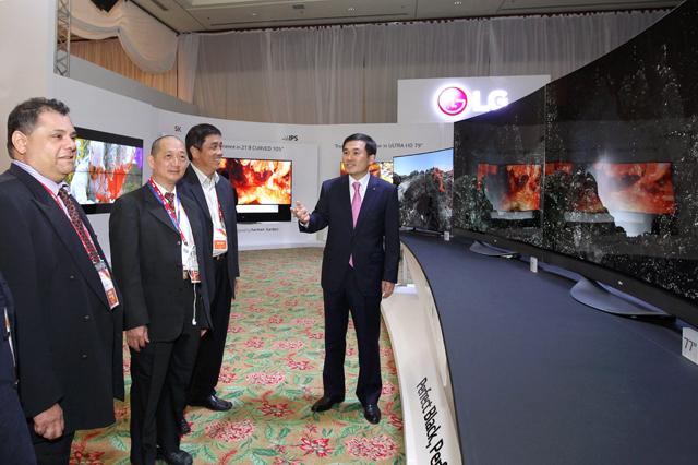 현지 거래선에게 LG 올레드 TV 등 주요 전략 제품을 설명하고 있는 아시아지역대표 이호 부사장 모습 입니다.