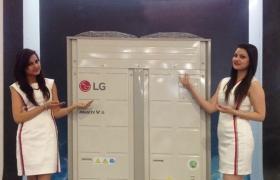 LG전자 모델이 시스템에어컨을 소개하고 있습니다.