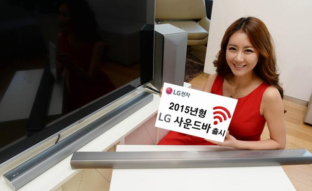 모델이 2015년 LG 사운드 바'사운드 바(모델명: LAS750M)'를 소개하고 있습니다.