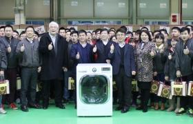 난징 세탁기생산법인에서 현지 세탁기 협력업체 대표들을 초청해 세탁기 생산 3천만대 돌파를 기념하는 행사 단체 사진 입니다.
