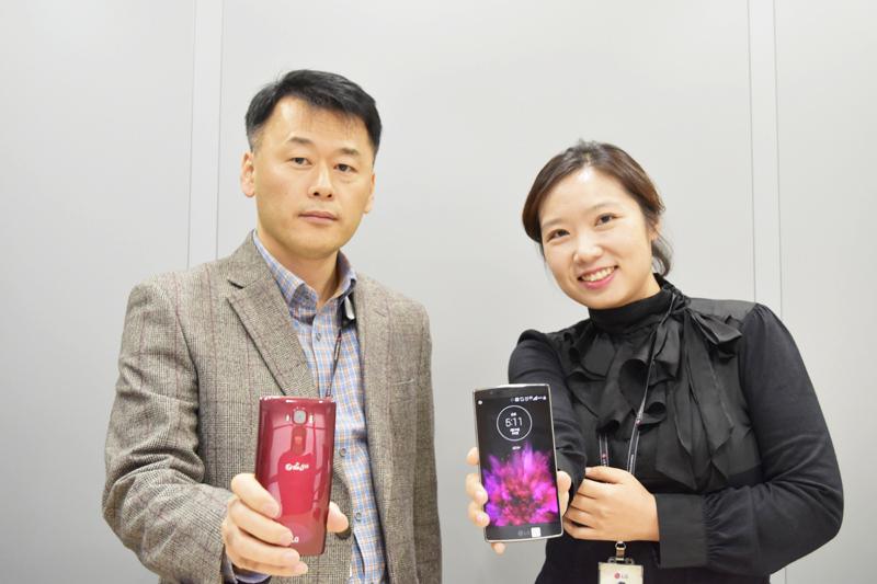 조두찬 수석, 서지영 과장이 LG G 플렉스2를 들고 있다.
