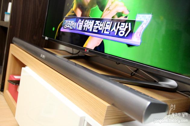 LG 와이파이 사운드바를 사용해 TV 프로그램을 시청하고 있다.