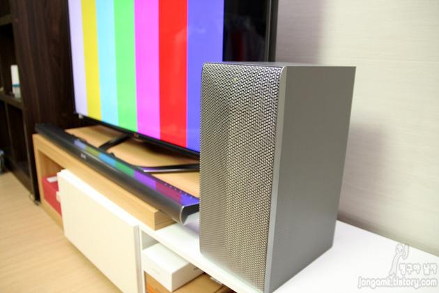 LG 와이파이 사운드바가 TV와 연결돼 설치된 모습