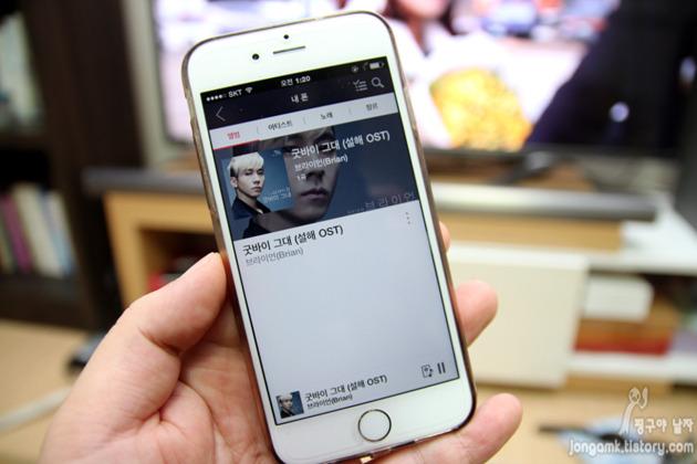 스마트폰으로 연결해 LG 와이파이 사운드바를 사용하는 모습