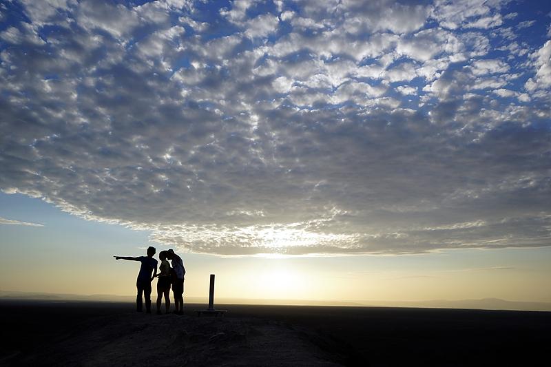 나스카 라인을 바라보는 여행자들.