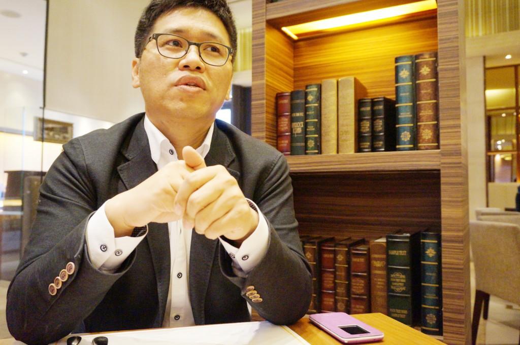 카페에서 취업준비생을 위해 조언하고 있는 김종우 차장