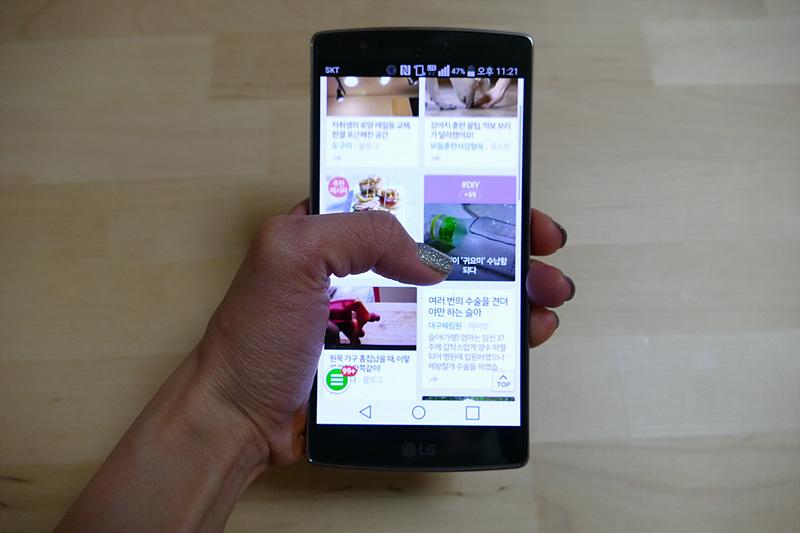 한 손으로 G 플렉스2를 들고 웹서핑을 하는 모습