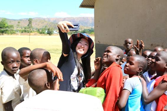 미래의 빛 봉사팀장 박선정 주임연구원. 아프리카 지역 아이들과 휴대폰으로 셀카를 찍고 있다.