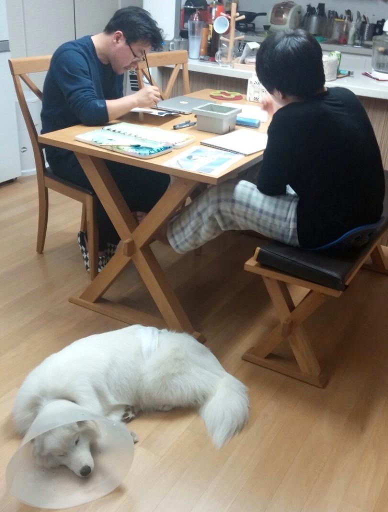 저녁 풍경, 아빠와 아들은 그림을 그리고 미호는 졸고 있다