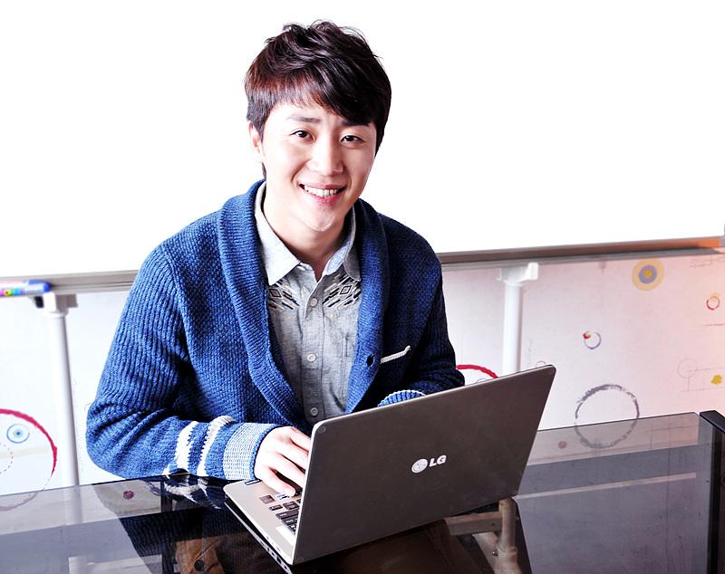 홍진호 콩두컴퍼니 대표가 LG전자 '그램 14'와 함께 게임과 방송, 사업에 대한 꿈을 얘기하고 있다.