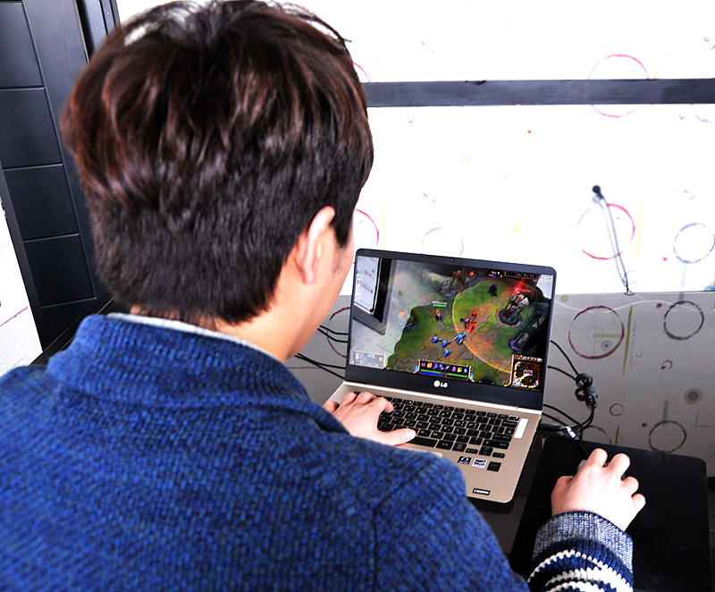 그램 14로 LoL을 플레이하고 있는 홍진호 대표.